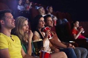 Pärchen gucken gespannt einen Film im Kino