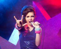 Sängerin auf der Bühne einer Castingshow