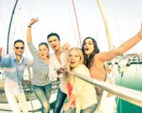 Instagram Star werden: Gruppe junger Menschen mit Selfie-Stick