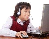 Junge spielt Online-Spiele