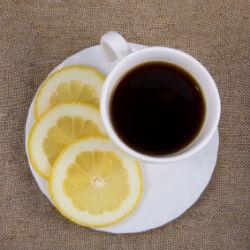 Kaffeetasse und Zitronenscheiben