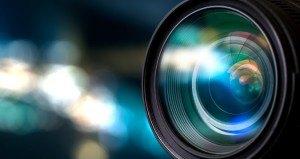 Lichtreflexionen in einer Kameralinse