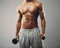 Muskulöser Mann mit Hantel
