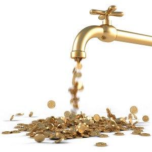 Geld fließt aus goldenem Wasserhahn
