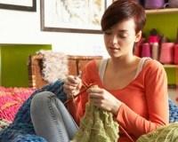 Strickende Frau mit Wolle