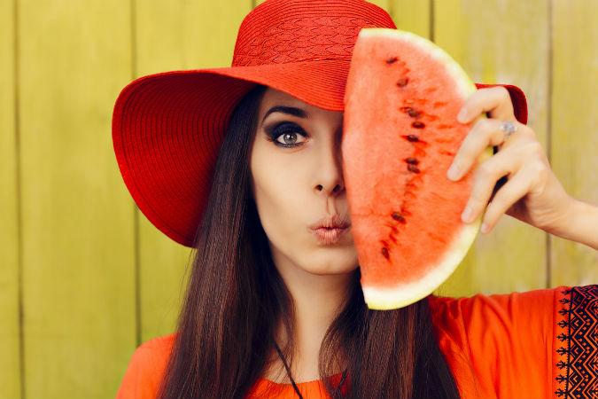 Vegane Kosmetik ohne Tierversuche - Frau mit Wassermelone